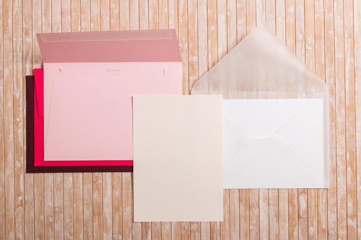 Kuverts im Format DIN C5 und Karten im Format DIN A5 in unterschiedlichen Farben