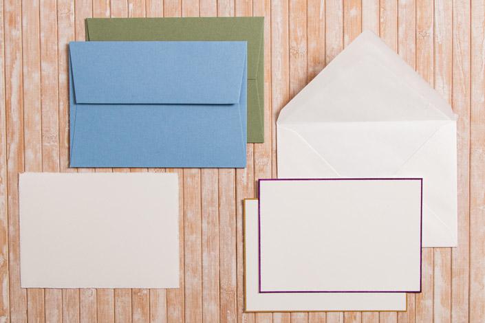 Umschläge im Format DIN C6 mit Karten im Format DIN A6 in verschiedenen Farben