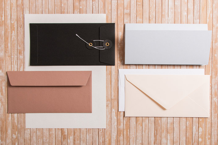 Briefumschläge im Format DIN lang mit passendem DIN A4 Papier in verschiedenen Farben