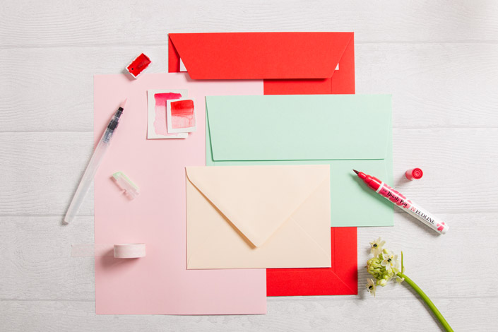 Colorplan Umschläge in Bright Red und Park Green mit rosa Papier