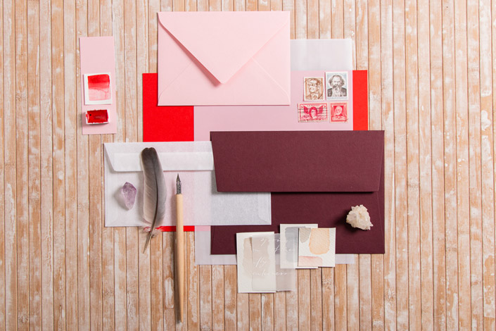 Colorplan Bright Red Flatlay mit passenden Papieren, Briefmarken und