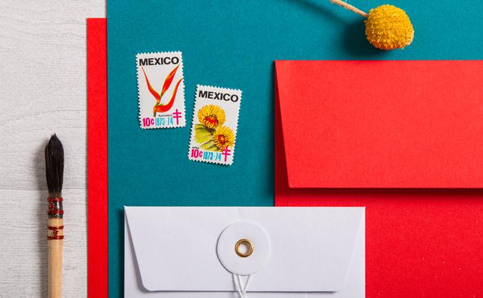 Colorplan Bright Red mit Bindfadenkuverts und dunkeltürkisem Papier