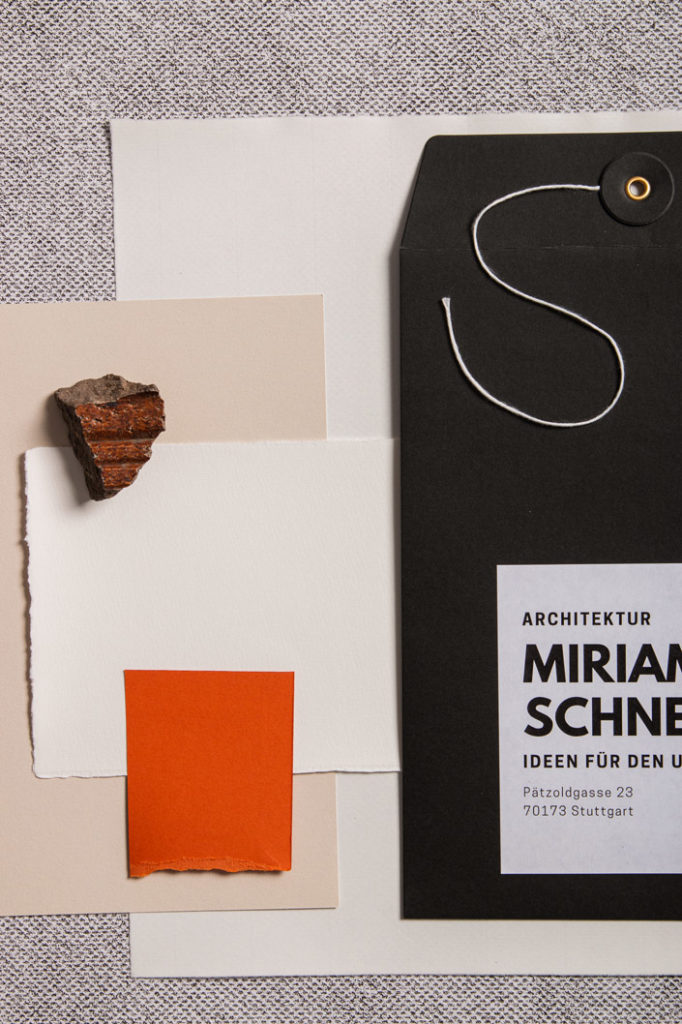 Büttenpapier mit farbigen Papieren und Umschlägen Präsentationsunterlagen