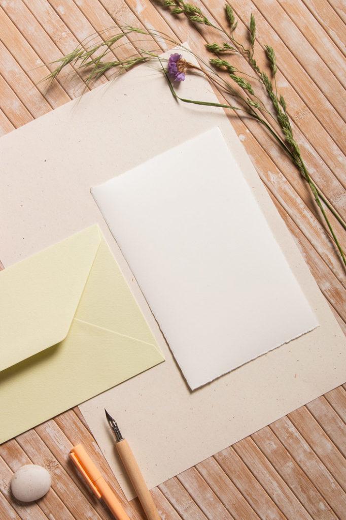 Büttenumschläge und Büttenkarten mit Naturpapier für Hochzeitspapeterie