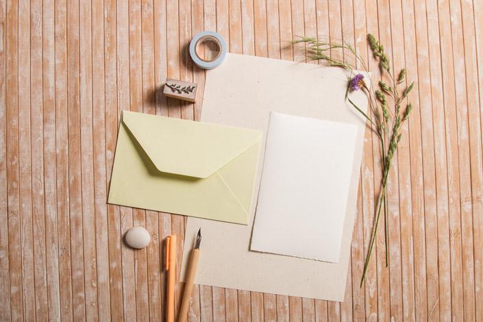 Hellgrüne Büttenkuverts mit Büttenkarten und Naturpapier