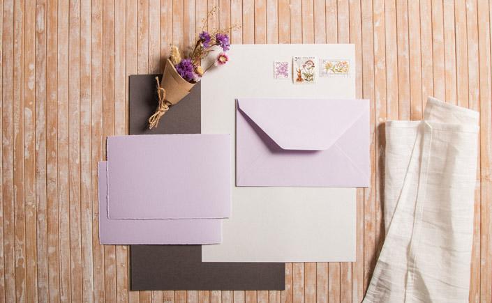 Büttenkarten und Büttenkuverts in der Farbe Lavender als Inspiration