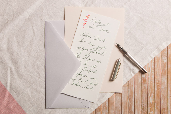 Büttenkarte mit Füller beschrieben