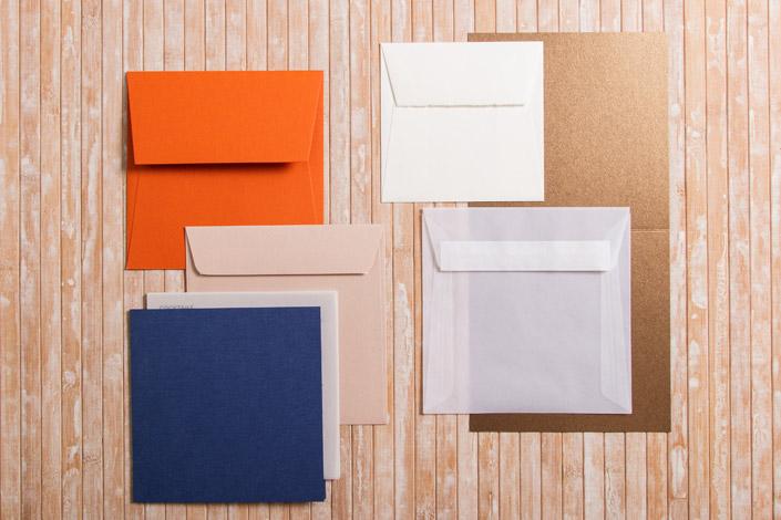 Quadratische Briefumschläge und Karten in verschiedenen Formaten und Farben