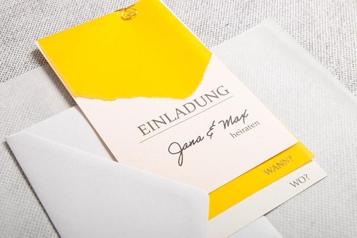 Gelbes Transparentpapier für eine Einladung zur Hochzeit