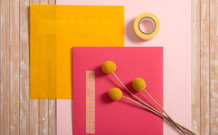 Gelber Transparentumschlag in Kombination mit Colorplan Papieren