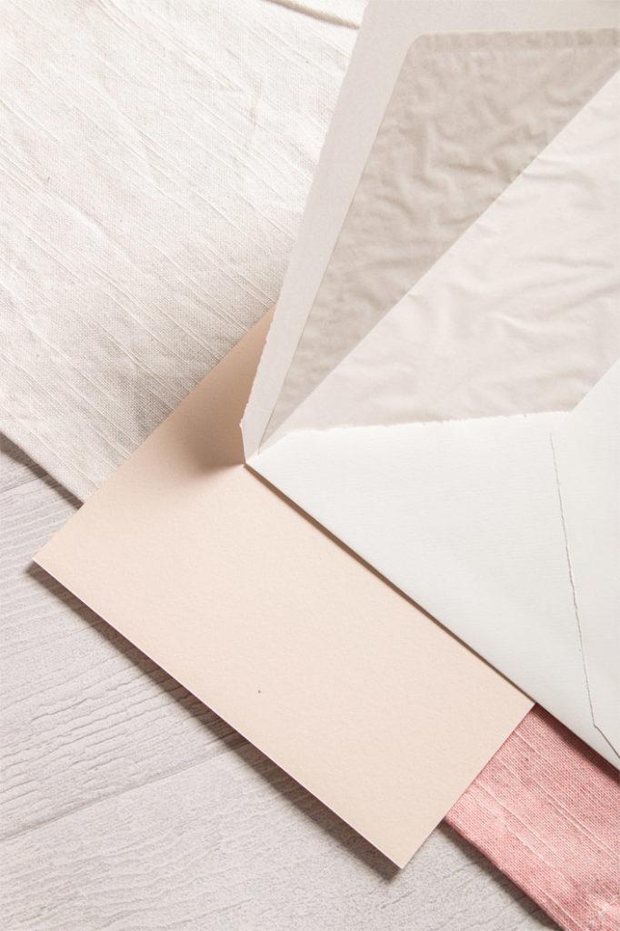 Gefütterte C5 Kuverts aus echtem Büttenpapier für festliche Einladungen