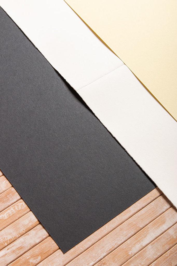 Detailfoto der DIN A4 Karten auc echtem Büttenpapier und hellgelbem Colorplan Karton