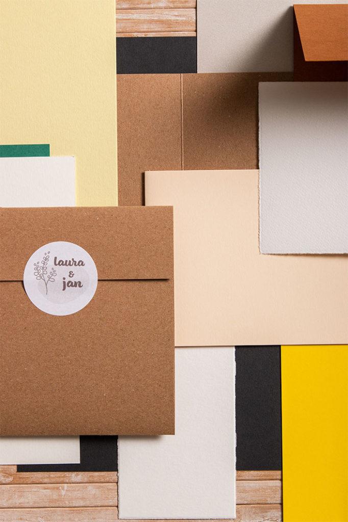 Bunter Mix aus diversen Kartenformaten von Kraftpapier bis Büttenpapier.