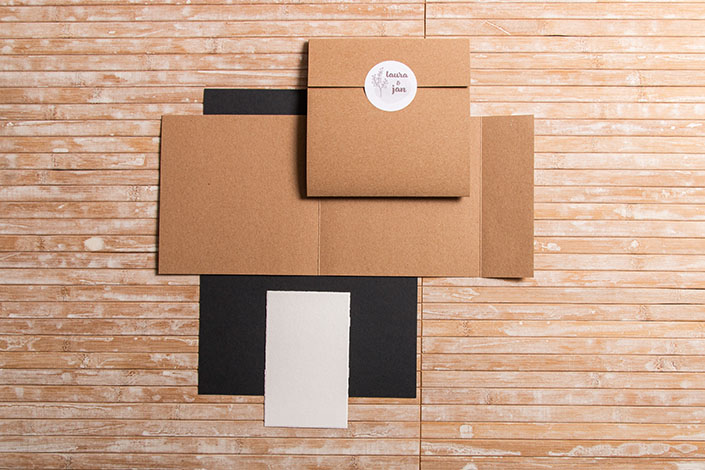 Karten in Sonderformaten. Quadratische Karte aus Kraftpapier Muskat und Karte aus Büttenpapier