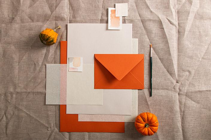 Papierzusammenstellung in den Farben Sand, Rostrot und Transparent