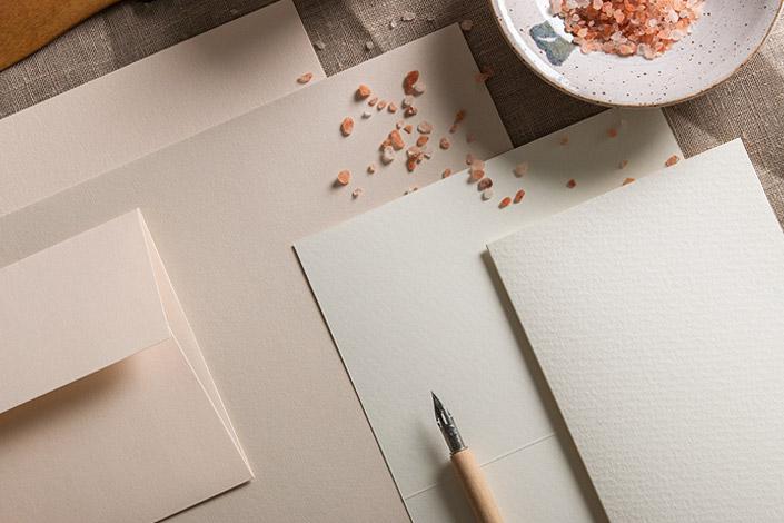 Nahaufnahme der Papiere Colorplan Vellum White, Colorplan Mist und der altweißen Aquarellkarten
