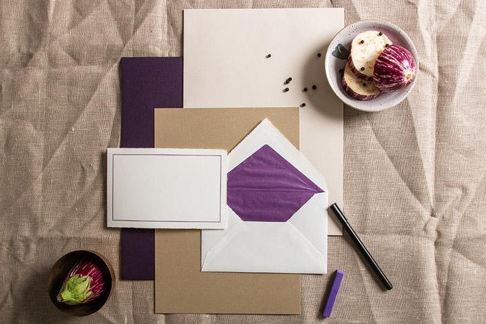 Papiermix aus Colorplan Amethyst, Colorplan Mist und Echt Bütten Hüllen mit lila Streifen
