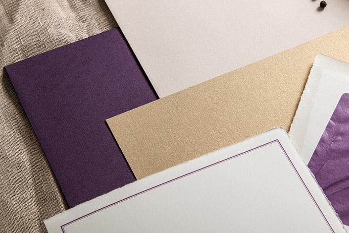 Nahaufnahme der Bütten Karten und Hülle, sowie des goldenen Metallicpapiers