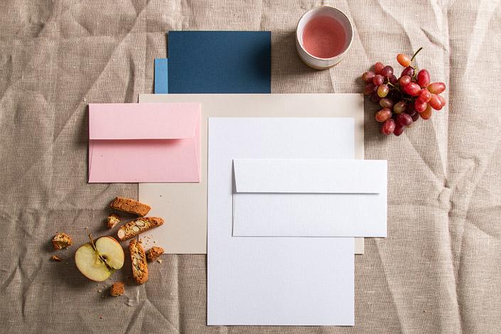 Papier Flatlay mit Cantuccini, Trauben und Apfel.