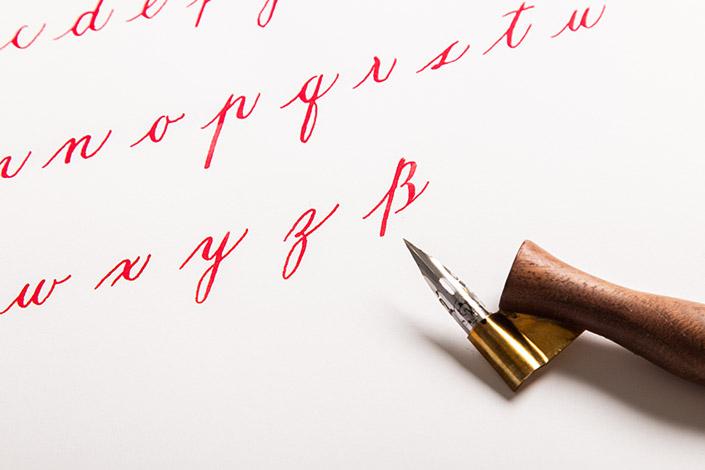 Buchstaben Übungen auf Kalligrafiepapier von Papier Direkt