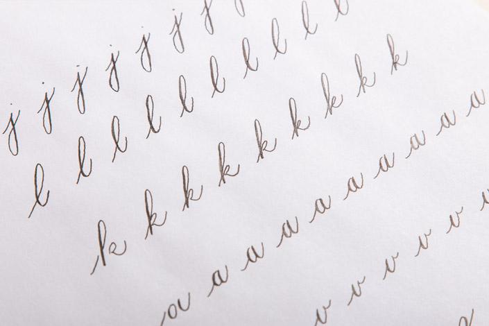 Buchstabenübungen mit Spitzfeder auf dünnem Kopierpapier Clairmail
