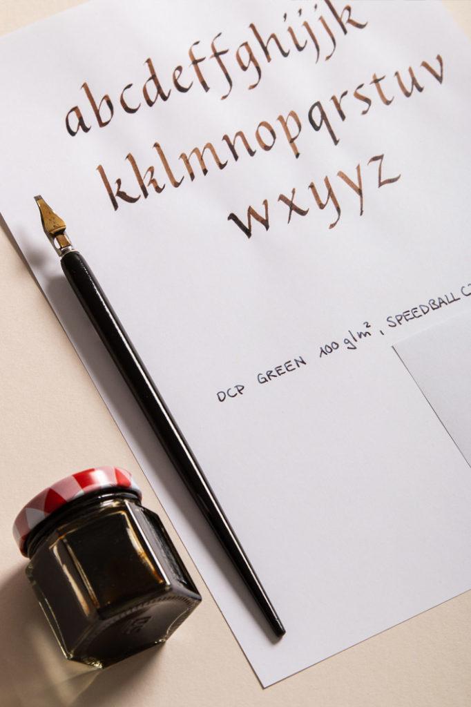 Kalligrafie Alphabet für Bandzugfedern geschrieben auf DCP Green