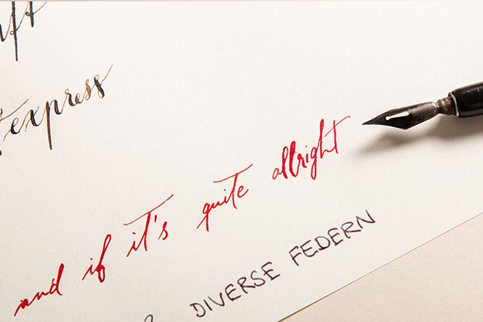 Skizzenpapier von Luma beschriftet mit Spitzfeder und roter Tinte