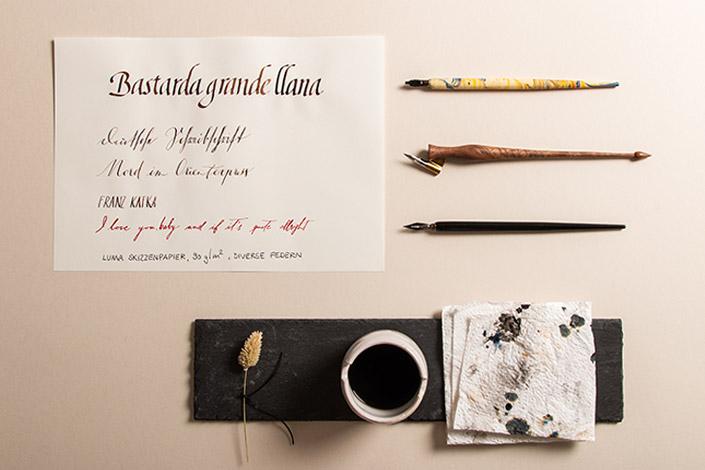 Luma Skizzenpapier beschriftet mit Bandzugfeder und verschiedenen Spitzfedern