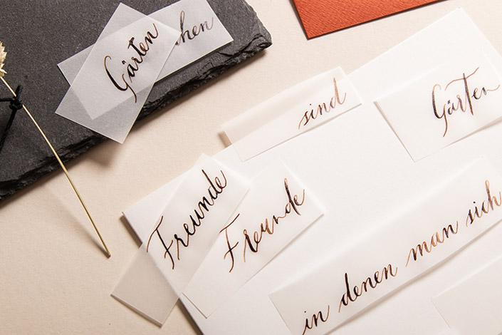 Streifen aus Transparentpapier mit Kalligrafie
