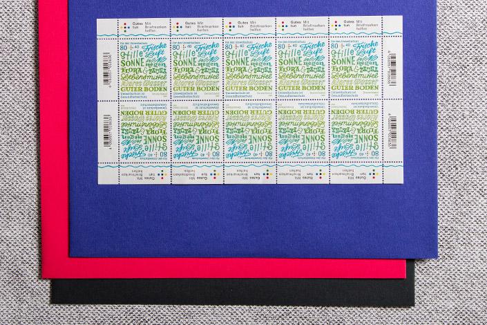 Briefmarkenbogen auf Colorplan Hüllen in Royalblau und Flamingopink