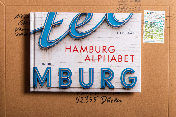Fotobuch Hamburg Alphabet auf braunem Versandkarton