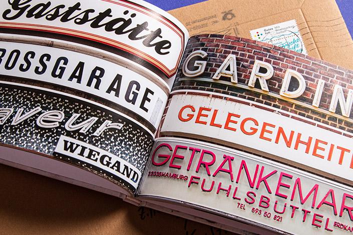 Aufgeschlagene Doppelseite aus dem Fotobuch Hamburg Alphabet