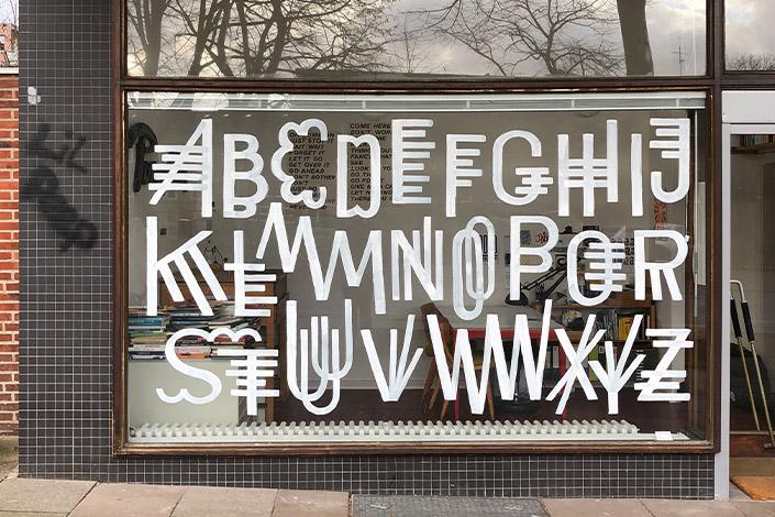 Schaufenster mit Lettering vlphabet beschriftet.