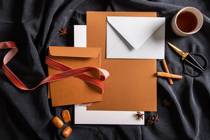 Papiermix passend für die Weihnachtsbäckerei. Cognac Metallicpapier, B6 Hülle Colorplan Eisblau und  Leinenpapier