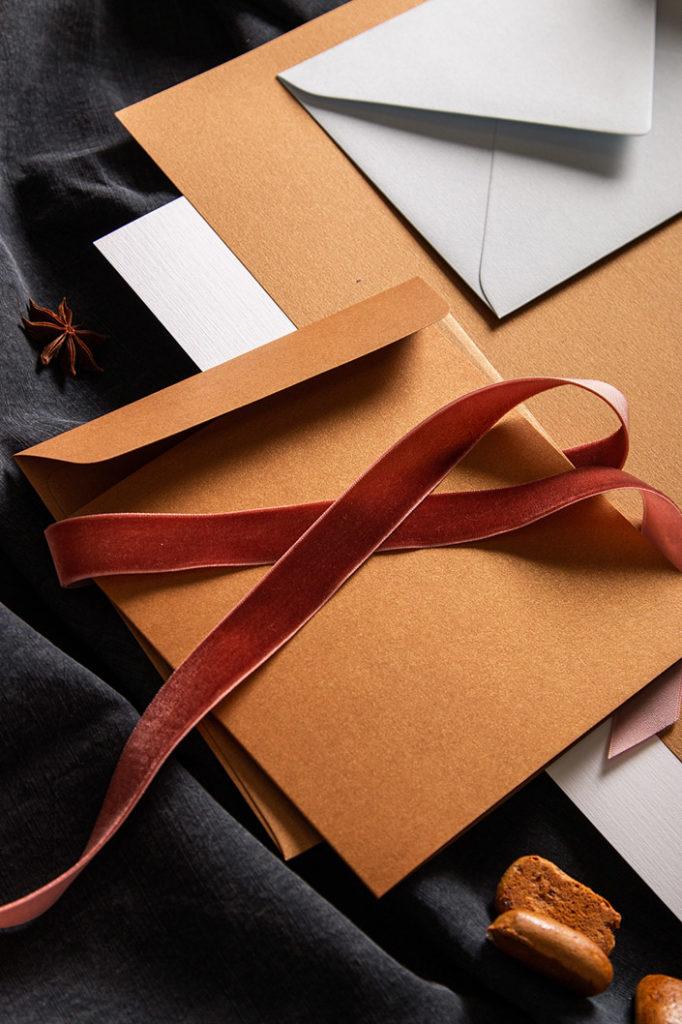 Schräge Aufsicht auf die Details einer Papeterie in der Farbpalette Cognac