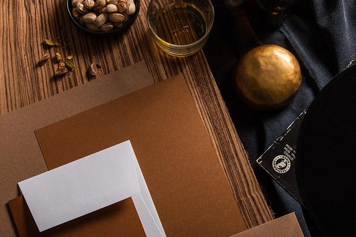 Aufsicht auf die Papeterie passend zu einer Barszene mit Barsnack und Whisky.