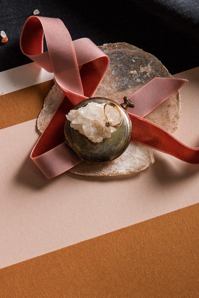 Detailaufnahme Verlobungsring auf Edelstein und Papiermix