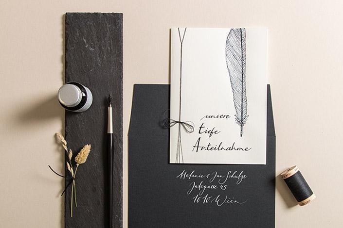 Trauerkarte aus Leinenpapier mit Kalligrafie und schieferfarbenem Kuvert