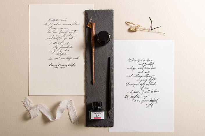 Kalligrafie Papier und Skizzenpapier mit kalligrafierten Texten, Spitzfedern und Tinte