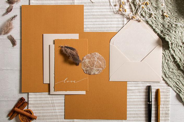 Hochzeitspapeterie im Boho Stil mit Strukturpapier Nettuno Zimt und Colorplan Mist