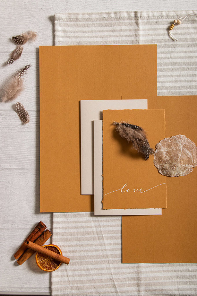 Inspiration für Hochzeitspapeterie mit Strukturpapier Nettuno Zimt