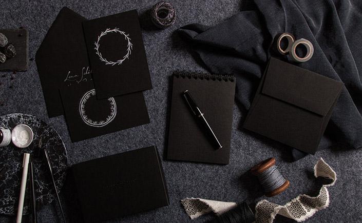 Aufsicht auf unsere Black Highlights am Black Friday. Schwarze Papeterieprodukte wie schwarze Briefhüllen, Papiere und Notizbücher