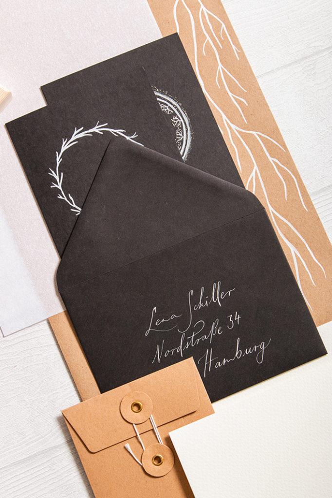 Black Friday Papeterie Flatlay mit schwarzen Briefhüllen mit spitzer Klappe und Karten im Format B6
