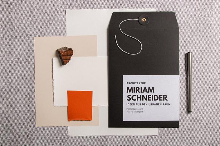 Flatlay zu den Highlights am Black Friday: Schwarze C4 Briefhülle mit Bindfadenverschluss und passende Papiere
