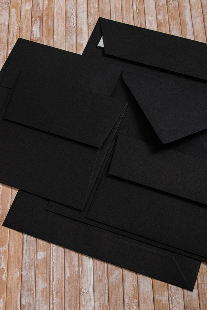 Aufsicht auf die Kollektion der verschiedenen Colorplan Briefumschläge in der Farbe Ebony / Schwarz