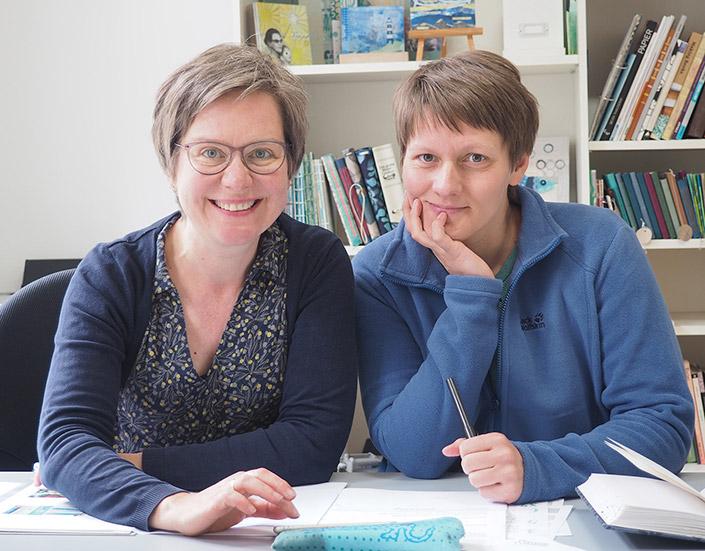 """Portrait von Michaela Müller und Tabea Heinicker, den Künstlerinnen und Autorinnen des Buches """"Schöne Post"""""""