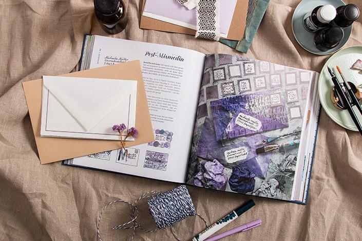 """Aufgeschlagenes Buch """"Schöne Post"""" und passende Papiere und Briefumschläge"""