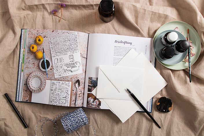 """Aufgeschlagene Doppelseite aus dem Buch """"Schöne Post"""". Es zeigt, wie man Briefe kreative beschriften kann."""