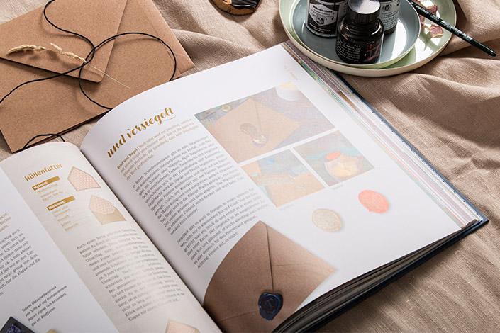 """Doppelseite aus dem Buch """"Schöne Post"""", welche die Benutzung von Wachssiegeln zeigt"""