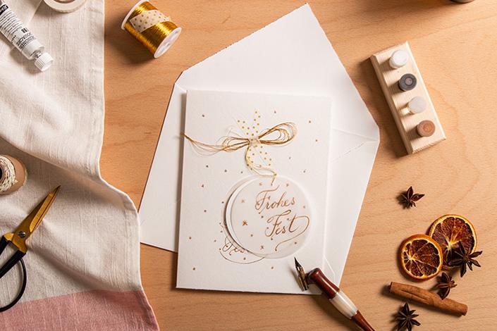 Weiße Weihnachtskarte mit goldener Kalligrafie für die Weihnachtskartenaktion Bambi für Senioren